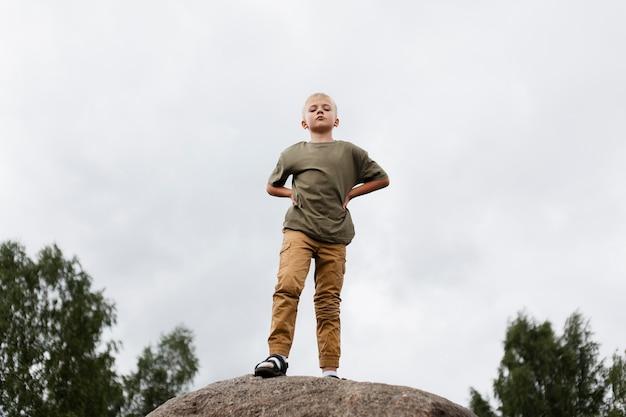 Полный ребенок на скале