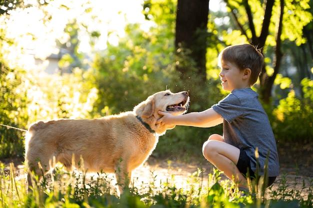 강아지를 쓰다듬어주는 풀샷 아이