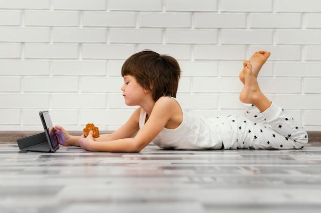 Полный ребенок сидит на полу