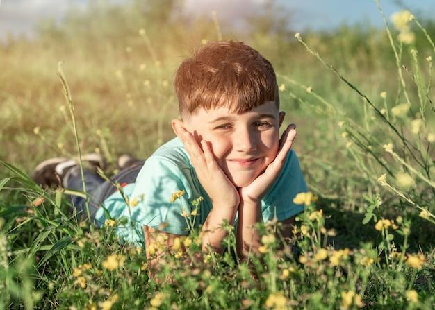 草の上に座っているフルショットの子供