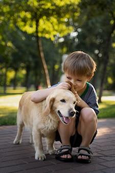 犬の匂いを嗅ぐフルショットの子供