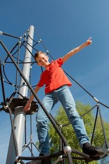 Полный ребенок выстрелил, стоя на веревке Бесплатные Фотографии