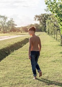 屋外を歩くフルショットの子供