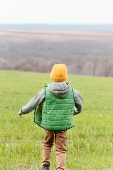 야외에서 걷는 전체 샷 아이