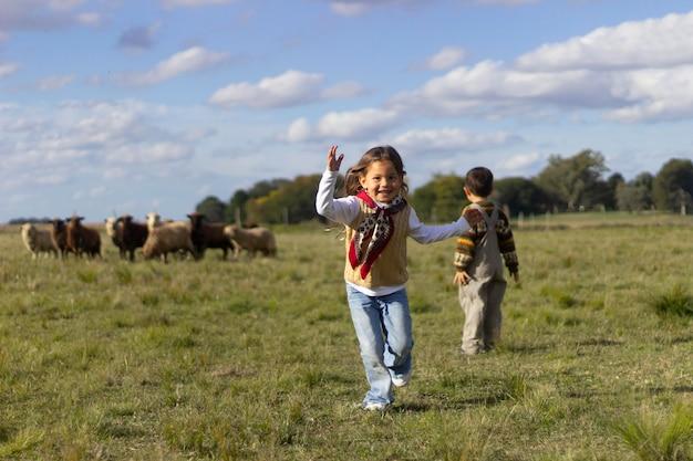 フルショットの子供と羊