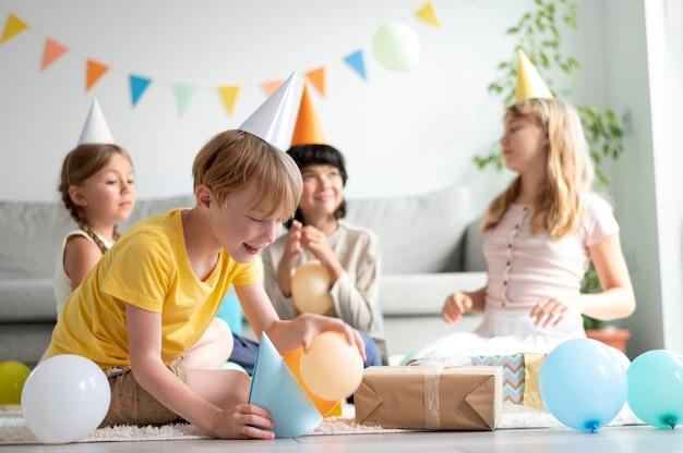 Bambini a tutto campo che festeggiano il compleanno