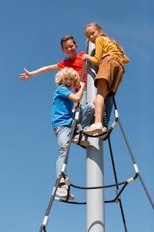 야외에서 로프를 등반하는 전체 샷 아이