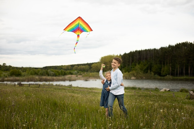 凧を飛ばすフルショットの子供たち