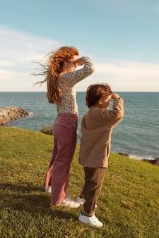 海を見ているフルショットの子供たち