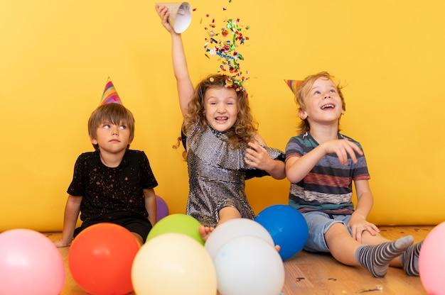 床で遊ぶフルショットの子供たち