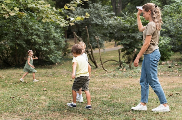 屋外で遊ぶフルショットの子供
