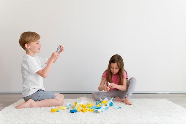 Bambini a tutto campo che giocano insieme