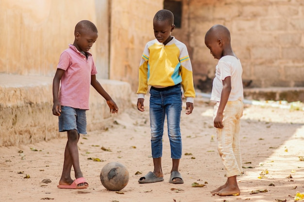 ボールで遊ぶフルショットの子供たち