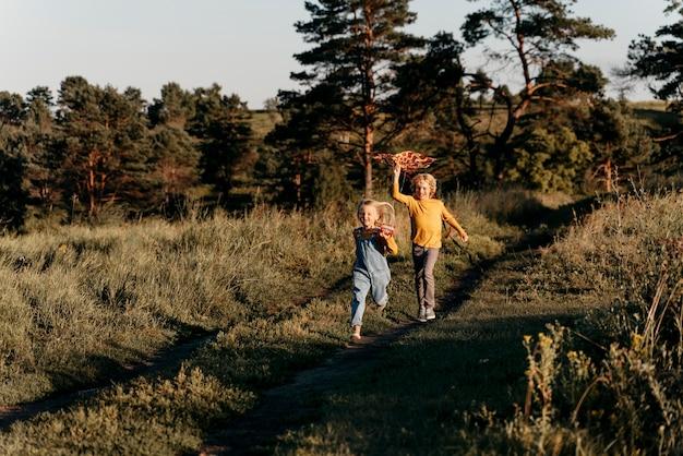 Bambini a tutto campo che camminano insieme