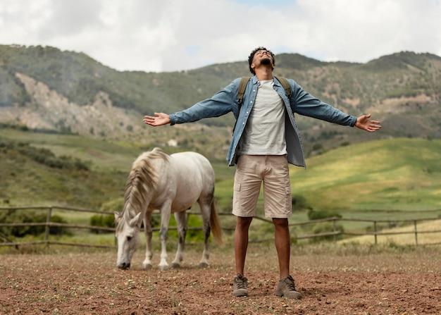 フルショットの男と馬の屋外