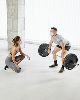 Полный снимок мужчина и женщина тренируются вместе
