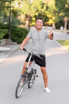 Uomo completo in bicicletta