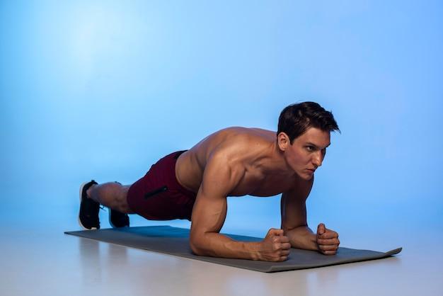 Uomo a tutto campo che fa plank