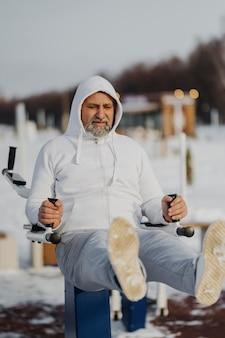 Полный снимок человека, тренирующегося зимой