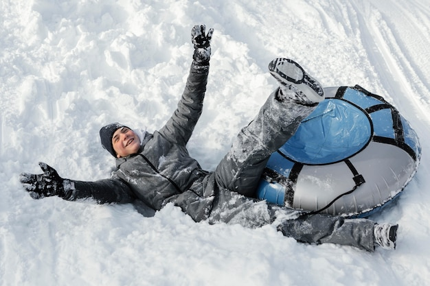 Полный выстрел человек весело в снегу