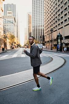 屋外でジョギングをするフルショットの男