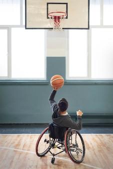 Uomo pieno del colpo che gioca pallacanestro
