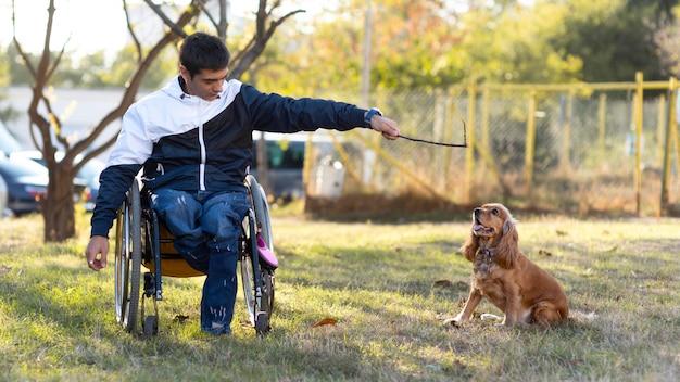 犬と遊ぶフルショットの男