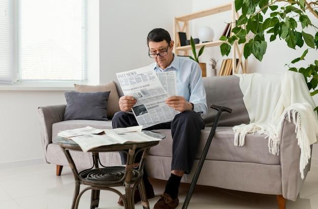 전체 샷된 남자 독서 신문