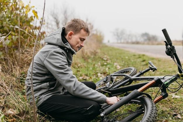 Colpo completo dell'uomo in sella a una bicicletta