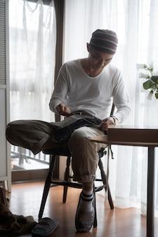 フルショットの男縫製