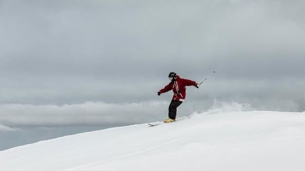 Человек на лыжах в полный рост