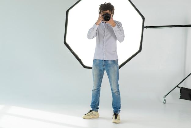 Uomo della foto a figura intera che prende foto