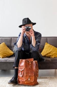 Полный снимок человек, делающий фотографии