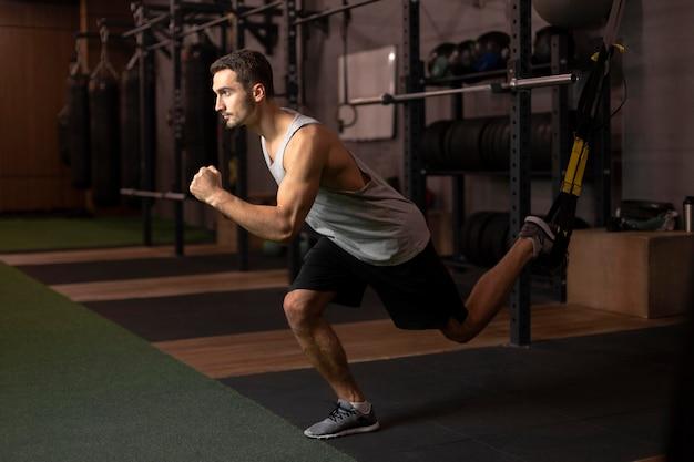 Полная тренировка человека в тренажерном зале