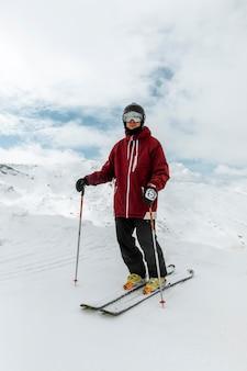 Uomo completo del colpo che indossa gli sci