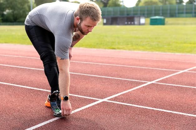 Uomo a tutto campo con allungamento della gamba protesica