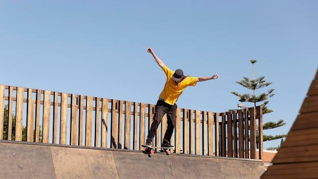 Полный мужчина с скейтбордом