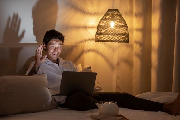 Uomo a tutto campo che lavora da casa con il laptop