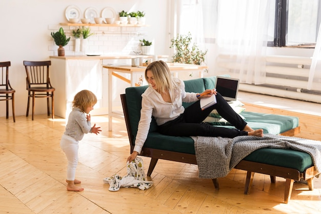 Полный снимок мать и дитя дома