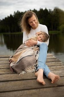 Полный снимок матери и ребенка на открытом воздухе