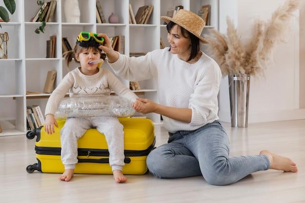 풀 샷된 어머니와 여자 아이 게임하기