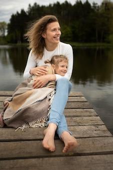 Полный снимок мать и ребенок на природе