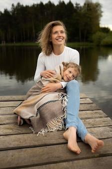 Полный снимок мать и ребенок на открытом воздухе