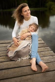 Полная мать и ребенок снаружи