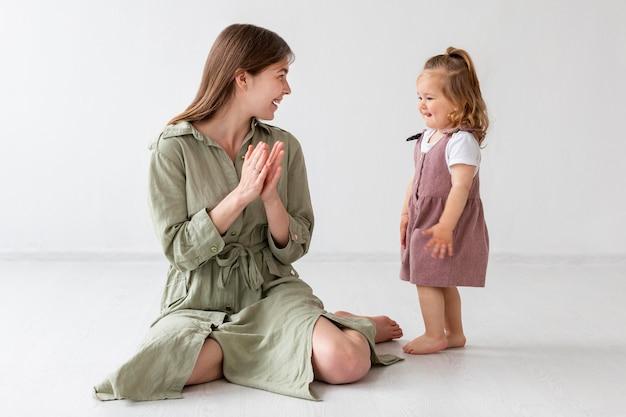 Полный выстрел матери и ребенка вместе
