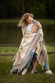 Полная мать и ребенок с одеялом