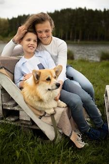 Полная мать и ребенок с собакой