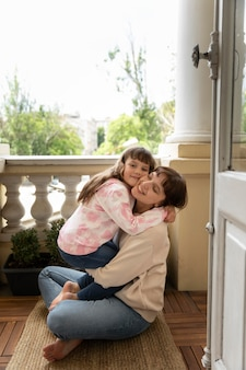 Madre e figlia a tutto campo che si abbracciano