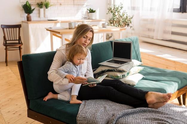 子供に読んでいるフルショットの母親