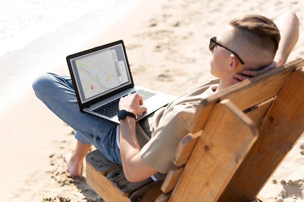 Человек-кочевник в полный рост, работающий на берегу моря